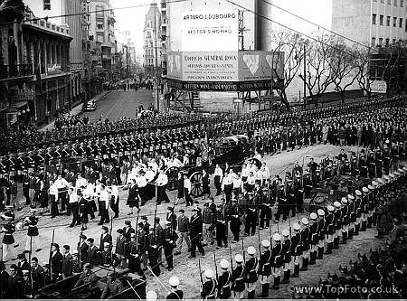 Death of Eva PeronThe gun carriage bearing the coffin of Eva Peron , passes up Avenida de Mayo , Buenos Aires between ranks of military cadets presentingsenting arms9th August 1952