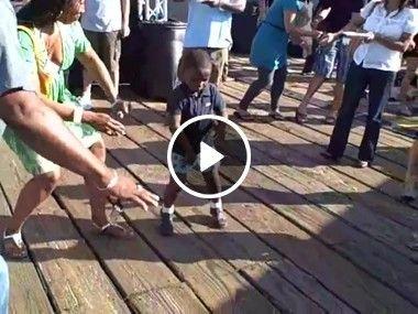 Ele não tem nem tamanho e dança melhor que muitos adultos