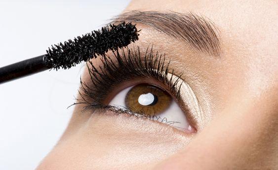 Si tu maquillaje es lo suficientemente viejo para haber expirado, lo más probable es que ya acumuló toneladas de gérmenes y bacterias, que se pueden contagiar en los ojos y la piel. El tipo de maquillaje más propenso (y por ende el que caduca más rápido) son los de tipo líquido como la máscara de pestañas.