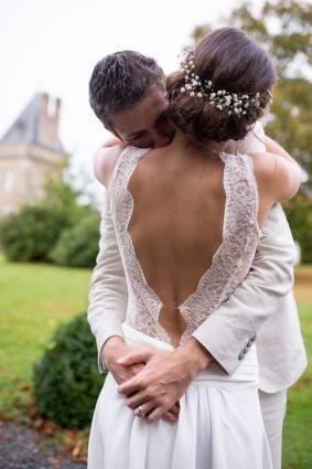Robe de mariée bohème, dentelle, crêpe de soie, dos nu.