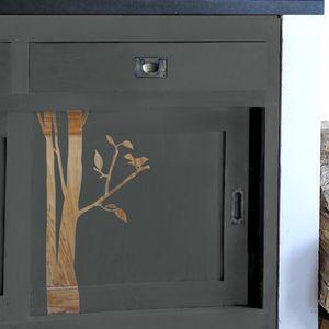 L'idée du pochoir inversé est très astucieusement exploitée ici, chez Alliance Construction on aime cette mise en valeur du bois et de la nature sur ce petit meuble.