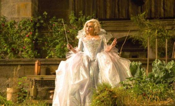 Helena Bonham Carter 'é a madrina super star com seu sintilante vestido que até Madonna usaria...