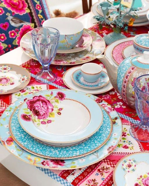 I am in love with this setting...it appears to be mix matched...so much fun...Pip studio