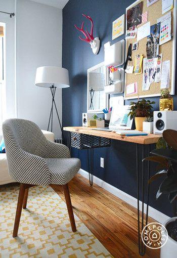 アクセントウォールに机を配置すれば簡単な書斎スペースに。