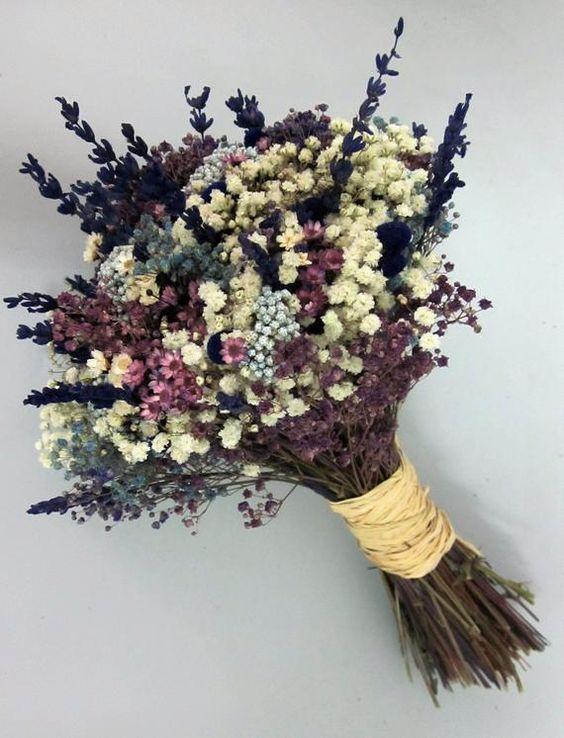 Ramo de novia de flores secas compuesto por lavanda, paniculata azul, blanca y morada, flor de arroz azul, y glixia morada y blanca...  Puede tener un ligero aroma a lavanda.  Este ramo es cien por cien natural, pero al ser flores secas, tiene muchas ventajas respecto a los ramos de flores