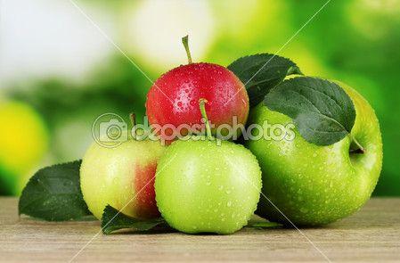 ahşap masa üzerinde birçok taze organik elma — Stok İmaj #6801927