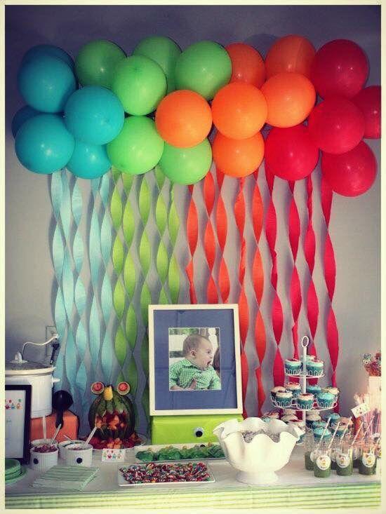Variedad de globos colgantes en mesa principal - Bombas para decorar ...