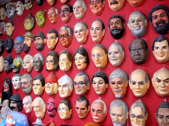 As máscaras são tradição no Carnaval. Nos últimos anos, principalmente após o Mensalão, as máscaras de políticos ganharam amplo destaque, se tornando um sucesso de vendas em diversas regiões do Brasil. Em São Paulo, a reportagem do R7 foi até a loja Festas e Fantasias, na Ladeira Porto Geral, região da 25 de março, para conhecer as máscaras que mais são vendidas. Segundo o empresário Pierre Speir, as três máscaras que mais saem todos os anos, são a do ex-presidente Lula, da presidente…
