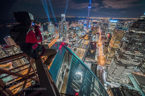 #buildingcitycityscapenightontariorooftoppingskylinetorontotower #cosmocalisse (November 8 2015 at 04:23AM) Towering over downtown Toronto.