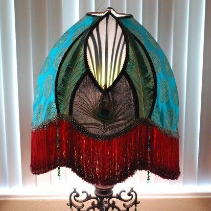 La cortina de lámpara de emperador tiene maravilloso dragón asiático moneda tela brocado teal trimed con terciopelo de seda negro, plumas, perlas de mano colgado, gasa de seda que sangra de verde azulado a verde con franja roja rica gruesa. Base es 57 a remate, cristales de 4 de alto. Sombra es 19 de alto y 18 de ancho. La base es de metal sólido. Tiene estampado de L y LWMC L & L compañía de fundición de metal blanco de Carlstadt, New Jersey en negocio hasta 1974. Verdaderamente una pieza…