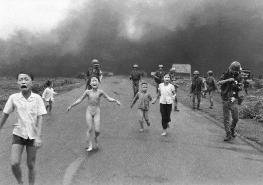 Deze kinderen rennen weg waar een bom is neer gevallen, dit is in Vietnam waar ook oorlog was
