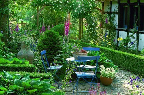 Kleine Gärten ganz groß Hainbuchenhecke, Torbogen und Nachbar - reihenhausgarten vorher nachher