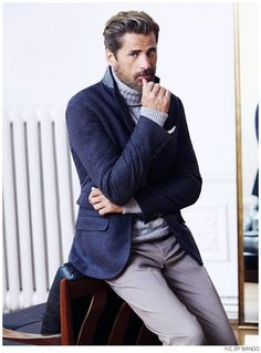 ネイビージャケット×タートルネックセーター