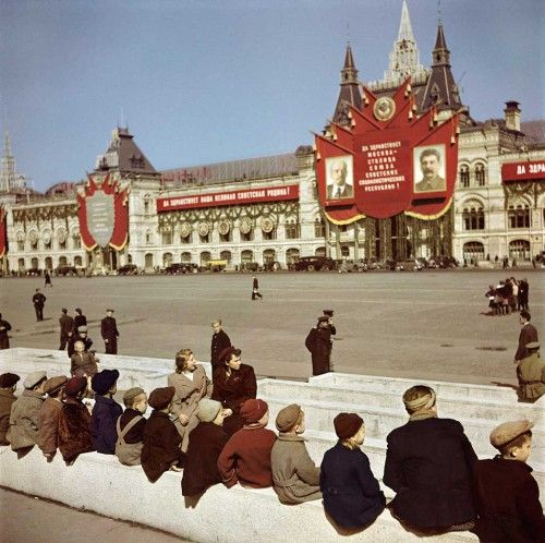 Young-visitors-waiting-to-see-Lenin_s-Tomb-at-Red-Square_-Moscow
