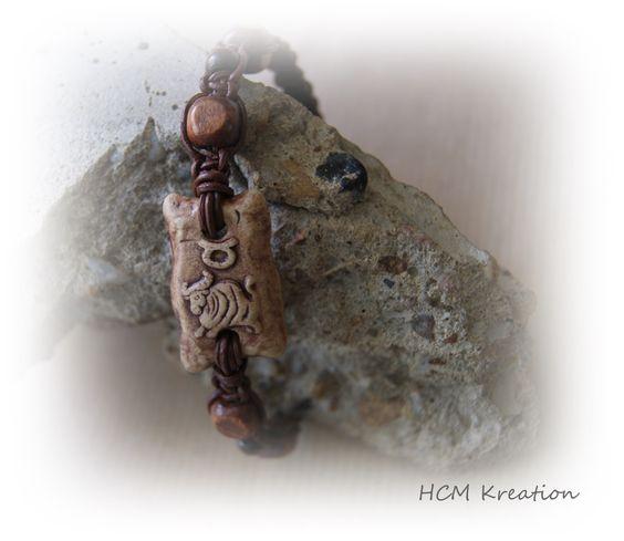 Lederarmband in Knüpftechnik mit Keramik-Sternzeichen und Holzperlen.