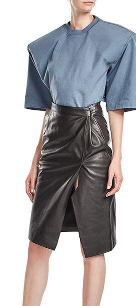 Wagen Sie sich an eine übermoderne Silhouette mit dem T-Shirt aus Baumwolle von Vetements: Die markante Schulterpartie und der große Print am Rücken setzen Akzente, die von dem sonst cleanen Design ausgeglichen werden #Stylebop
