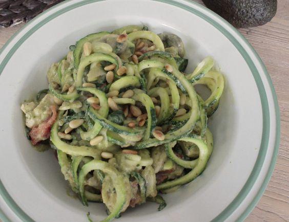 Courgetti maken is fantastisch. Je krijgt met groot gemak een extra portie groente naar binnen en het is een stuk slanker en lichter dan een bord pasta (ook al is dit op zijn tijd ook gewoon heel lekker;-)). Dit gerechtje heb ik overigens niet helemaal zelf bedacht, want het werd …