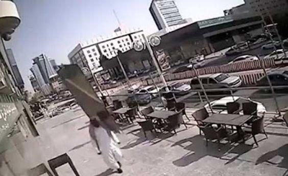 Vídeo mostra pedestre escapando de acidente incrível na Arábia Saudita Homem quase foi atingido por painel de vidro que desabou de prédio. Apesar do susto, pedestre escapou ileso do acidente impressionante.