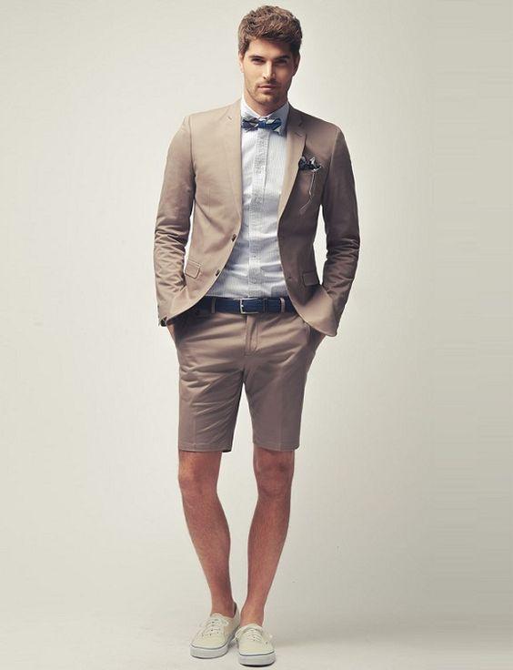 Noivo de bermuda: Combine uma bermuda de alfaiataria com um blazer e sapatos, loafers ou mocasins para um look super estiloso para seu casamento.:
