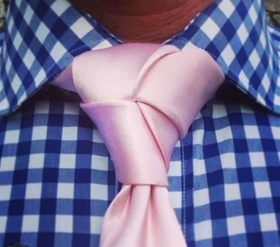 """Não. Não inventa muita palhaçada. Já não está simples organizar o básico, imagina um no desses numa gravata cor de rosa. É pedir para a roupa """"apagar"""" você e suas ideias. Roupa não é pra isso."""