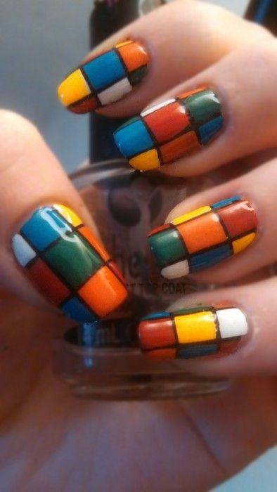Uñas pintadas como un cubo de rubik