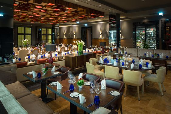 Der Beef Grill Club im Titanic Deluxe Berlin bietet Platz für bis zu 120 Personen und ist bietet täglich ein ausgiebiges Frühstückbuffet, einen Business Lunch und Abendessen an.
