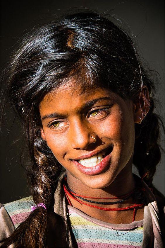 Un hommage à cette jeune fille de la caste des « Intouchables », au regard sans pareil, rencontrée au gré des ruelles de la ville de Leh, capitale du Ladakh, en Inde du nord. La beauté d'un être ne connait ni de frontières ni de castes. AUTEUR : © Boris DAMGE: