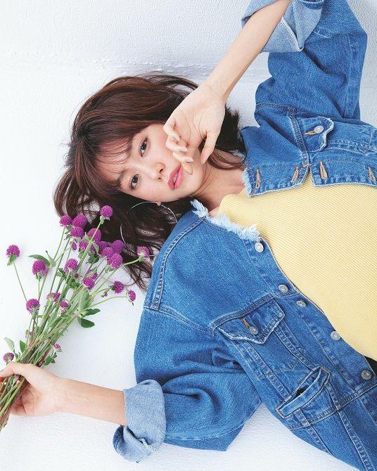 お花を持つ桐谷美玲