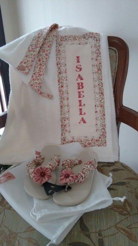 Conjunto de Toalha saída de banho (com elástico) personalizada + touca para secar os cabelos  + havaianas estilizadas.