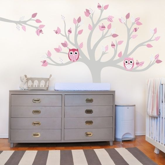 sticker mural chambre bb avec hiboux tapis rayures en blanc et gris