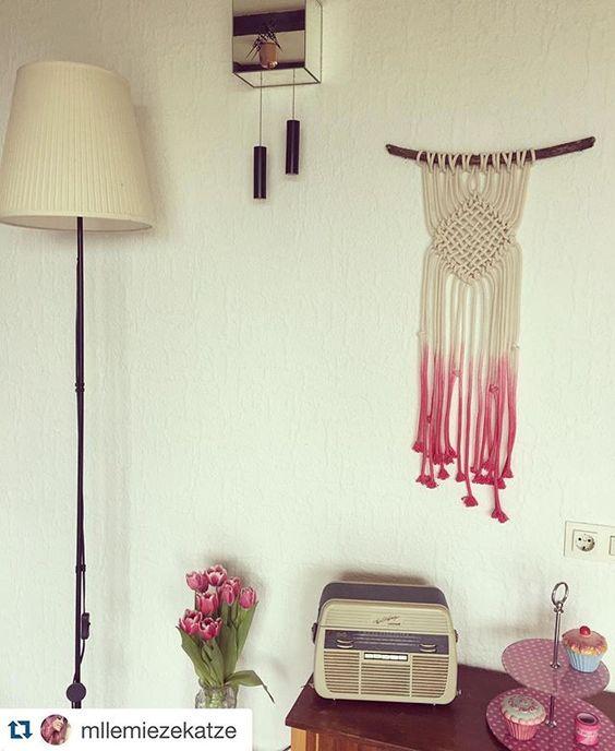 #Repost Ein tolles Foto des Wandteppichs von der lieben @mllemiezekatze  Es passt so herrlich an diese Wand  ich bin froh, dass der perfekte Besitzer für das Makramee gefunden wurde  ・・・ #Makramee #interiør  #DipDye #ombre #kettuinaktion #homesweethome #home #makramee #makramé #kettu_wue #vintage #vintagelover #vintageliving #tefifon #tulips #spring