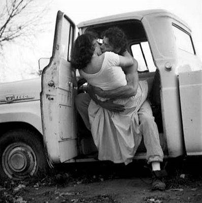 страстный поцелуй в машине