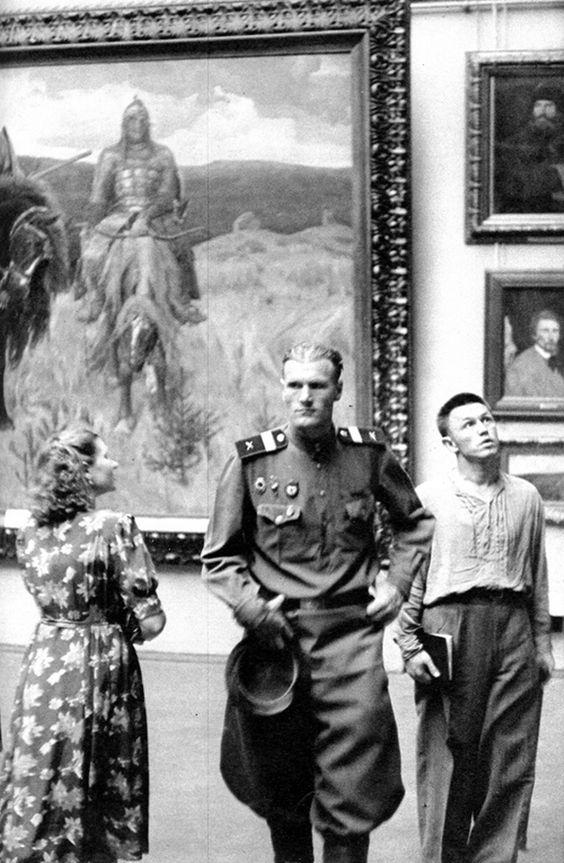 Tretyakovskaya Gallery, Moscow (1954) - photo by Henri Cartier-Bresson: