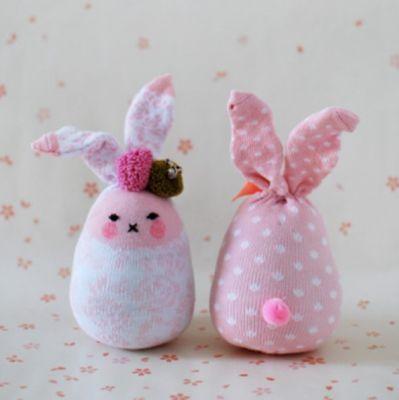 Mais um modelo de coelhos feitos com meia para enfeitar a casa para a Páscoa #Páscoa #crianças #Família #DIY