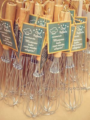 Cada convidado recebe um fouet de lembrancinha!: