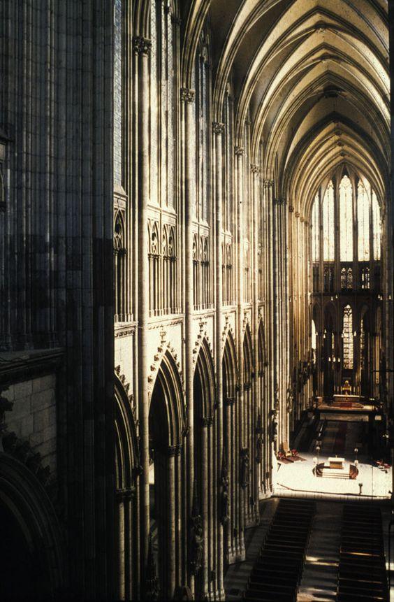Reims- la cattedrale. En ella se utiliza de forma consciente la planta cruciforme y todos los elementos son combinados en un sistema escrupuloso que busca la ingravidez, la iluminación irreal y la diafanidad.