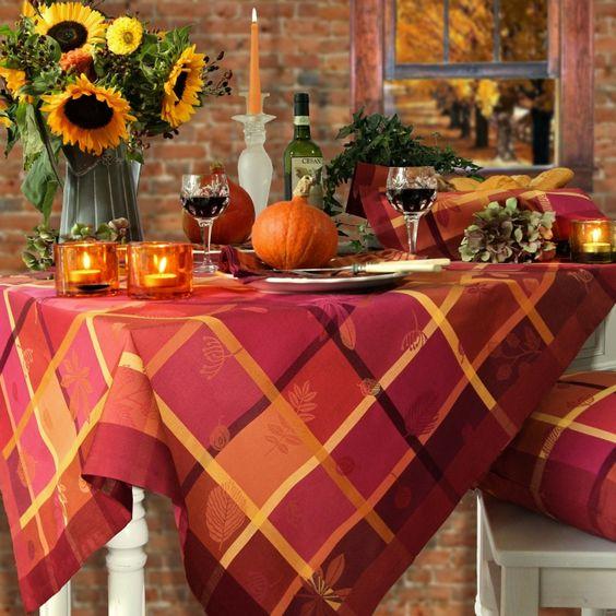 Tischdeko Im Herbst Ist Besonders Schon In Warmen Farben Rot Und Orange Die Tischdecke Ist Von Sander Tisch Dekorieren Deckchen Und Dekorieren