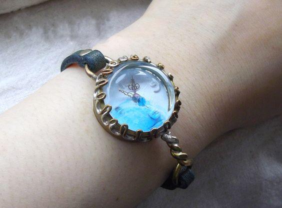 青と白を基調にしたさわやかな時計です。レンズには青いビーズを一粒埋め込んであります。文字盤の白とレンズの青がキレイなコントラストを作ります。海岸のお散歩に着け...|ハンドメイド、手作り、手仕事品の通販・販売・購入ならCreema。