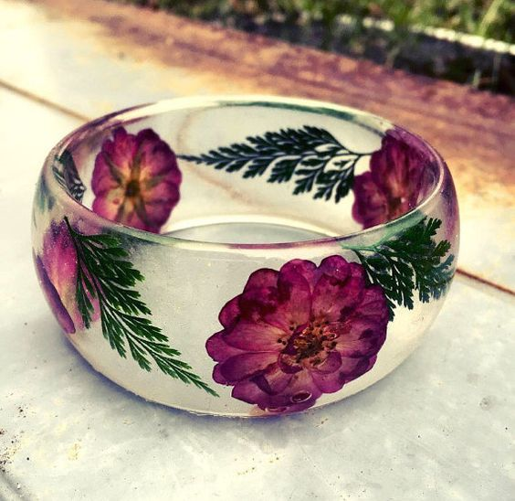 This bangle has real dried and pressed purple roses flowers and foot Fern leaves preserved in organic Eco resin. A truly unique, one of a kind piece.