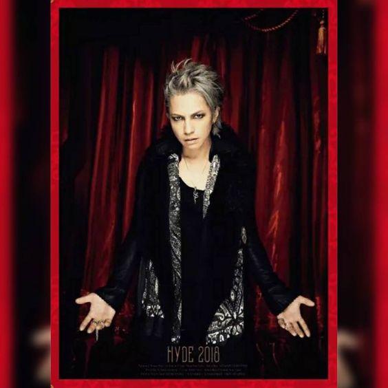 前髪をあげた銀髪の黒い衣装を着たL'Arc〜en〜Ciel・hydeの画像