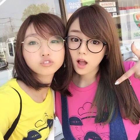 メガネをかけた篠崎愛