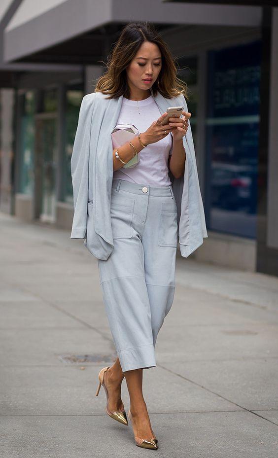 Street style look com conjunto azul com calça cropped e scarpin metalizado.: