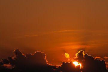 Bedrohliche Gewitterwolken verdunkeln den Sonnenuntergang an heißem Sommertag, lokale Unwetter, Wetterfront, Meteorologie, Wetteraussichten