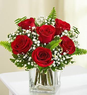Abraza tus sentimientos con un regalo clásico de 6 rosas rojas en un florero de vidrio, perfectamente arreglado por nuestro florista en Argentina.