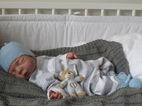 Mütze und Schühchen Gr.50-56 hellblau von babys & dreams auf DaWanda.com