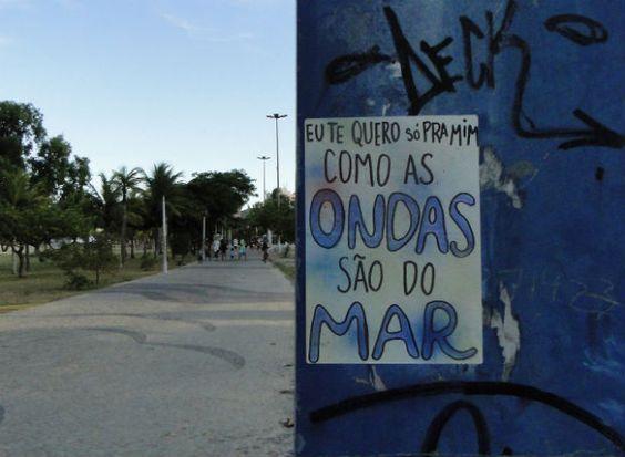 """Uma artista aplicou letras de pagode como forma de intervenção artística em uma grande cidade brasileira.  Veja mais sobre o """"projeto pagode"""" - http://bit.ly/1oSHmaw"""