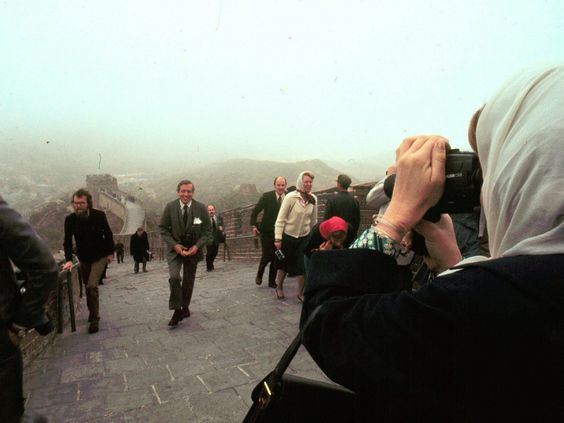Toenmalig prinses Beatrix filmt prins Claus in 1977 op de Grote Chinese Muur. (Vincent Mentzel)