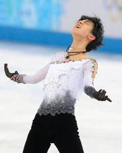 http://www.chunichi.co.jp/chuspo/article/sports/news/CK2014021602000185.html  羽生、金 19歳歴史変えた◆2年前にカナダ・トロントに拠点を移した。昼夜で寒暖の差が激しい土地。「今でもきつい練習をすると発作が出る」。ぜんそく持ちの体にも負担は大きかった。英語が理解できず、ストレスもたまった。それでも帰らなかった。  「呼吸に関してはみんなが言うスタミナは劣っていると思う。カバーできるように一生懸命だった」。ハンディを克服したわけではない。それでも体幹トレーニングで鍛えた体は最後まで動いた。  フィギュアでは日本男子初の金メダル。66年ぶりの10代王者に輝いても、さらに先を見据えた。  「金メダルを取って日本が元気になってくれるなら頑張りたい。世界選手権でも勝てるように一生懸命頑張ります」。羽生の時代が始まった。