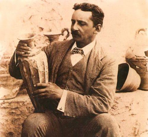 Escavações na ilha de Creta em 1900, revelaram a existência da civilização minoica, que antecedeu em alguns séculos a cultura grega. O arqueólogo britânico Arthur Evans, deu o nome a esta civilização em homenagem a Minos, rei da ilha grega de Creta.