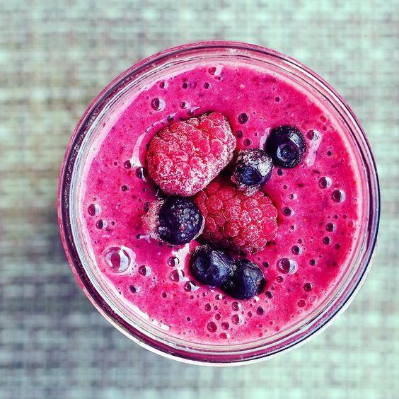 Kickstart your day with this delicious & easy Berry Smoothie! 2 bananas 1 cup of raspberries 1 cup of blueberries 1 tablespoon BoostYourself Balance Blend 1 cup of water  Enjoy!    Günü tatlı ve sağlıklı bir içecekle başlamak istermisiniz? 2 muz 1 bardak frambuaz 1 bardak yaban mersini 1 kaşık BoostYourself Balance Blend 1 bardak su  Afiyet olsun! by chikirinaclothing